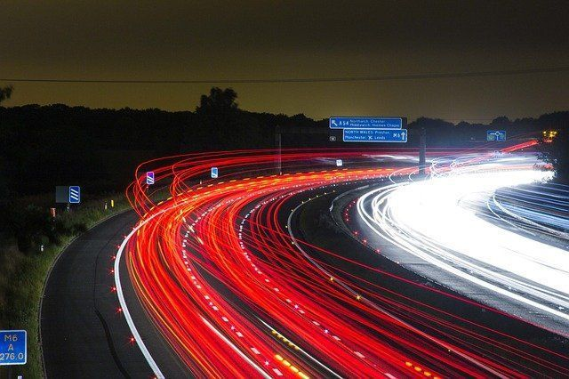 fotografía de una carretera con diversas indicaciones publicitarias, en el centro de la carretera aparecen unas lineas rojas representando el tráfico de usuarios