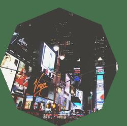 fotografía de time square con publicidad exterior intrusiva para el viandante