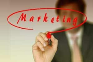 hombre de negocios escribiendo la palabra marketing